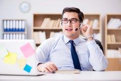 Der Geschäftsmann, der im Büro arbeitet Lizenzfreies Stockbild