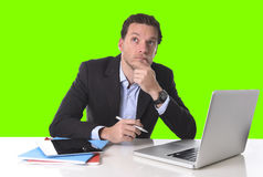 Der Geschäftsmann, der im Druck am Schreibtischcomputer arbeitet, lokalisierte grünen Farbenreinheitsschlüssel stockfoto