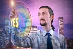 Der Geschäftsmann, der ja virtuellen Knopf bedrängt Stockfotografie