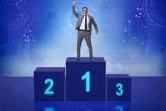 Der Geschäftsmann, der in Konkurrenz ersten Platz nimmt Stockfotos
