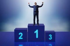 Der Geschäftsmann, der in Konkurrenz ersten Platz nimmt Lizenzfreies Stockbild