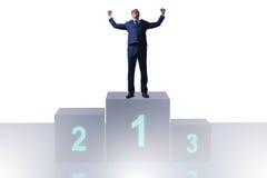 Der Geschäftsmann, der in Konkurrenz ersten Platz nimmt Stockfoto
