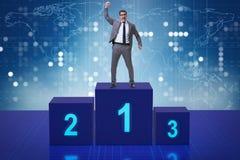 Der Geschäftsmann, der in Konkurrenz ersten Platz nimmt Lizenzfreie Stockbilder