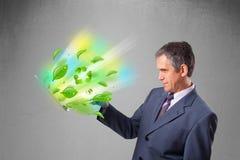Der Geschäftsmann, der Laptop mit hält, bereiten und Klima-symbo auf Lizenzfreies Stockfoto