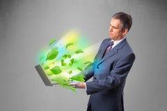 Der Geschäftsmann, der Laptop mit hält, bereiten und Klima-symbo auf Stockbild