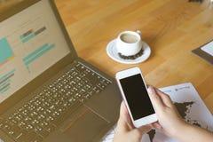 Der Geschäftsmann, der Laptop Smartphone verwenden und die Tablette für analytisches Finanzdiagramm neigen Voraussagenplanung am  Stockbild