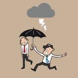 Der Geschäftsmann, der Regenschirm hält, schützen Chef vor strom lizenzfreie abbildung