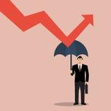 Der Geschäftsmann, der Regenschirm hält, schützen Diagramm unten Stockbild