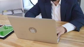 Der Geschäftsmann, der am Schreibtisch mit intelligentem Telefon arbeiten, die Tablette und die Laptop-Computer grünen Schirm stock video
