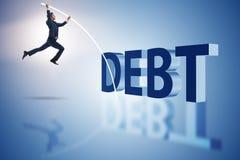 Der Geschäftsmann, der Schuldenlast im Geschäftskonzept vermeidet stockbild