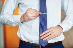 Der Geschäftsmann, der seine Krawatte justiert, bereiten für Geschäft vor Stockfoto
