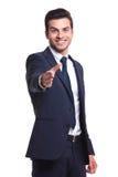 Der Geschäftsmann, der seins setzt, teilen aus, um ein Abkommen zu machen Stockfotos
