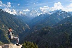 Der Geschäftsmann an der Spitze des Berges ist das Sprechen neu Lizenzfreie Stockfotografie