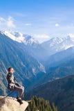 Der Geschäftsmann an der Spitze des Berges ist das Sprechen neu Stockbilder