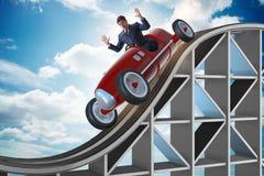 Der Geschäftsmann, der Sportauto auf Achterbahn fährt Lizenzfreies Stockfoto