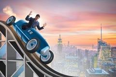 Der Geschäftsmann, der Sportauto auf Achterbahn fährt Stockfoto