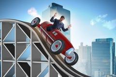 Der Geschäftsmann, der Sportauto auf Achterbahn fährt Stockfotografie