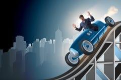 Der Geschäftsmann, der Sportauto auf Achterbahn fährt Lizenzfreies Stockbild