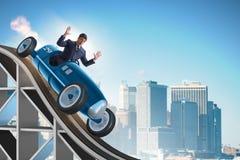 Der Geschäftsmann, der Sportauto auf Achterbahn fährt Stockbild