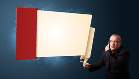 Der Geschäftsmann, der Telefonanruf macht und modernen Origami darstellt, kopieren Lizenzfreie Stockbilder