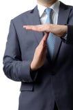 Der Geschäftsmann, der Zeit heraus zeigt, unterzeichnen mit den Händen gegen an lokalisiert Lizenzfreie Stockfotos