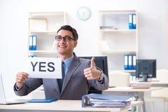 Der Geschäftsmann des Positivs in der Antwort ja im Büro lizenzfreies stockfoto