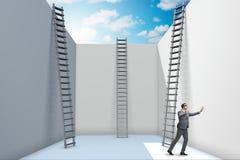 Der Geschäftsmann, der eine Leiter klettert, um von den Problemen zu entgehen Stockfotos