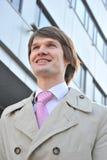 Der Geschäftsmann in einem Anzug gegen Mitte Lizenzfreie Stockfotos