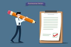 Der Geschäftsmann, der einen großen Bleistift hält und treffen gute Entscheidung zum Prüfzeichen auf einem großen Papier und eine Lizenzfreies Stockfoto