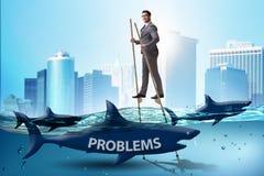 Der Geschäftsmann, der erfolgreich seine Probleme beschäftigt stockbild