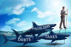 Der Geschäftsmann, der hohe Steuern zahlend vermeidet stockfoto
