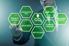 Der Geschäftsmann im Ökologie- und Umweltkonzept stockbild