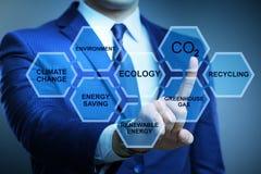 Der Geschäftsmann im Ökologie- und Umweltkonzept lizenzfreie stockfotografie