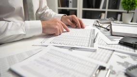 Der Geschäftsmann, der im Büro arbeitet und Finanzierung berechnet, liest und schreibt Berichte Finanzbuchhaltungskonzept des Ges stock video footage
