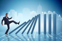 Der Geschäftsmann im Domino-Effekt-Geschäftskonzept lizenzfreie stockfotos