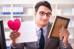 Der Geschäftsmann im Heiligvalentinsgrußkonzept im Büro Lizenzfreie Stockbilder