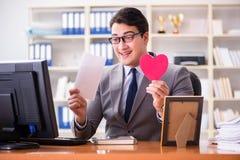 Der Geschäftsmann im Heiligvalentinsgrußkonzept im Büro Lizenzfreie Stockfotos