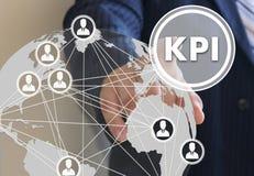 Der Geschäftsmann klickt den Knopf KPI an Lizenzfreies Stockbild