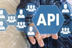 Der Geschäftsmann klickte den Knopf API auf den Touch Screen mit Lizenzfreie Stockfotos
