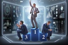 Der Geschäftsmann, der in Konkurrenz das Konzept des ersten Platzes gewinnt lizenzfreies stockfoto