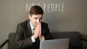 Der Geschäftsmann, der an Laptop arbeitet und freut sich im Café stock video
