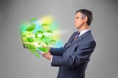 Der Geschäftsmann, der Laptop mit hält, bereiten und Klima-symbo auf Lizenzfreie Stockfotografie