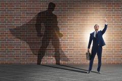Der Geschäftsmann mit Aspiration des werdenen Superhelden stockbild