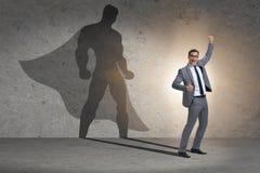 Der Geschäftsmann mit Aspiration des werdenen Superhelden lizenzfreie stockfotos