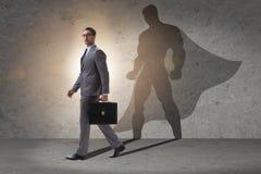 Der Geschäftsmann mit Aspiration des werdenen Superhelden lizenzfreie stockbilder