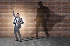 Der Geschäftsmann mit Aspiration des werdenen Superhelden stockfotos