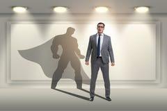 Der Geschäftsmann mit Aspiration des werdenen Superhelden lizenzfreie stockfotografie