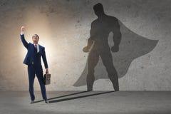 Der Geschäftsmann mit Aspiration des werdenen Superhelden stockfotografie