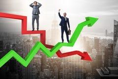 Der Geschäftsmann mit Diagrammen des Wachstums und der Abnahme lizenzfreie stockfotografie