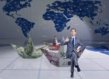 Der Geschäftsmann mit Dollarpapierbooten Stockfoto